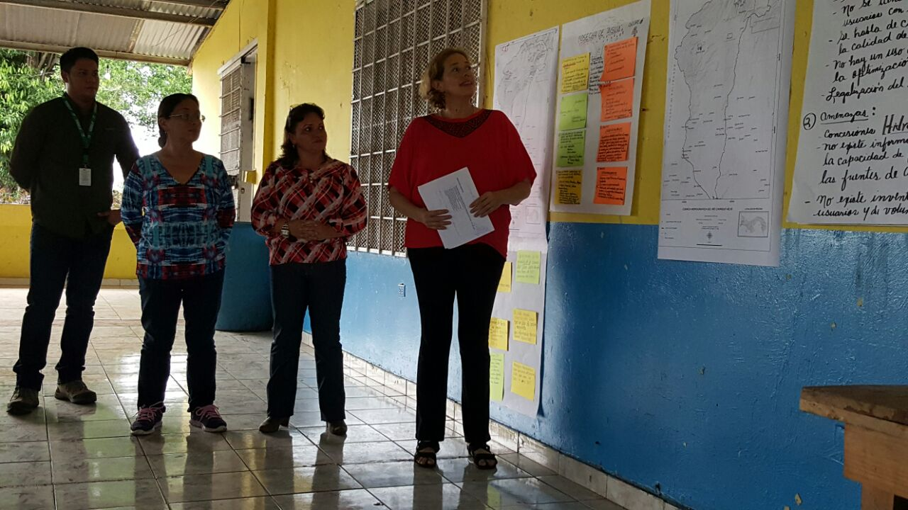 Ms. María Quiel presenting results during a public consultation meeting with local stakeholders on NATURA's project proposal during the development of the project. Photo: Fundación Natura