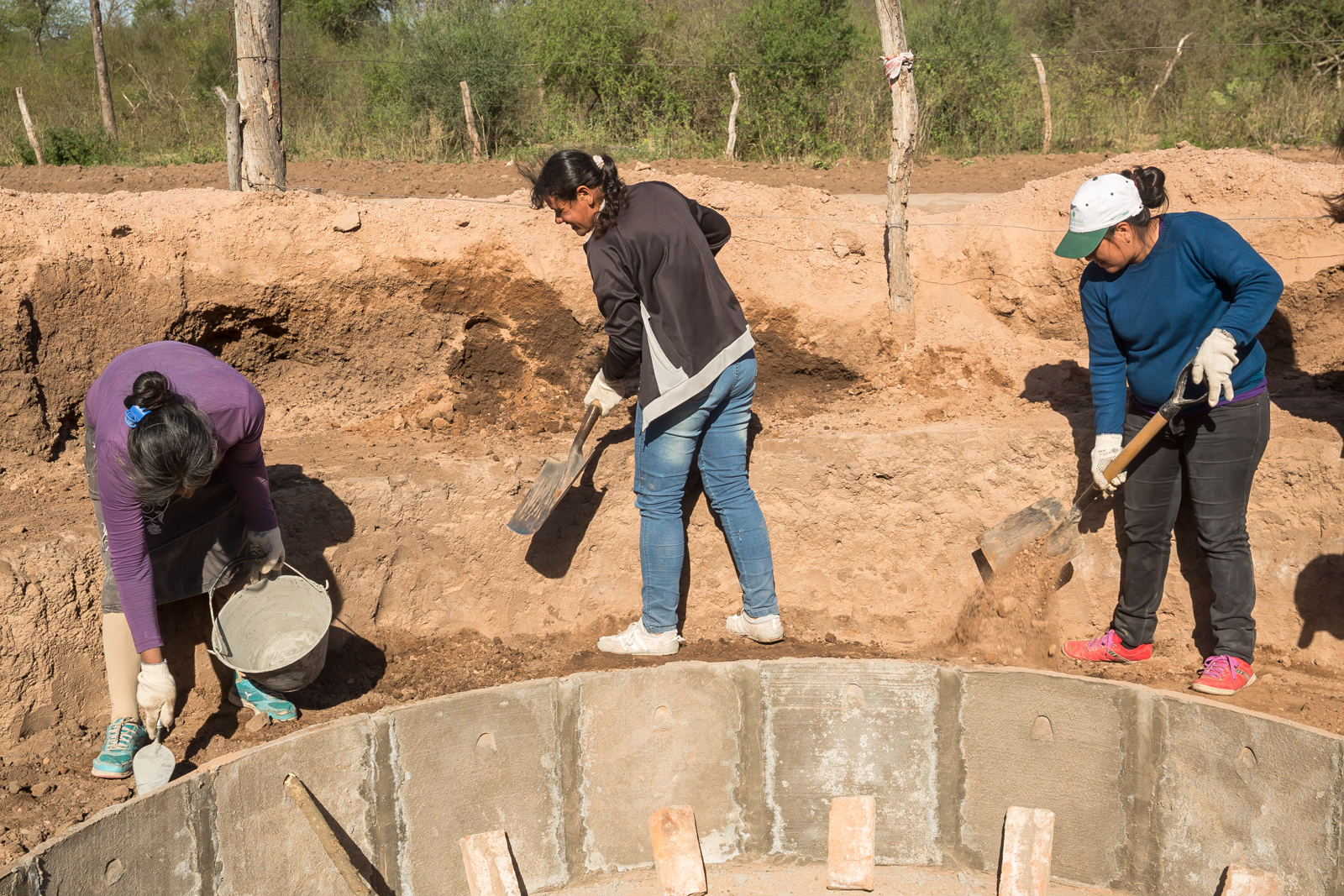 Beneficiaries of the project located in the province of Chaco, in the middle of construction of a 16,000-liter cistern for capturing rainwater. Photo: Rodrigo Alonso, Unidad para el Cambio Rural (Ministerio de Agroindustria)