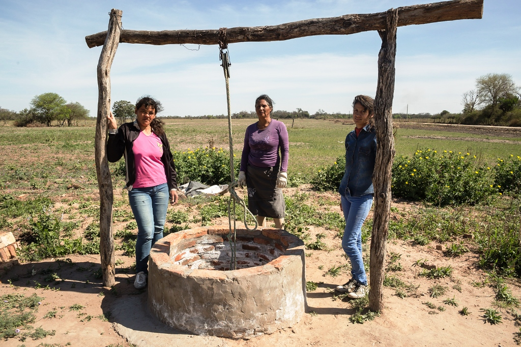 Three beneficiaries of the project, based in the province of Chaco, with one of the wells built by the project. Photo: Rodrigo Alonso, Unidad para el Cambio Rural (Ministerio de Agroindustria)